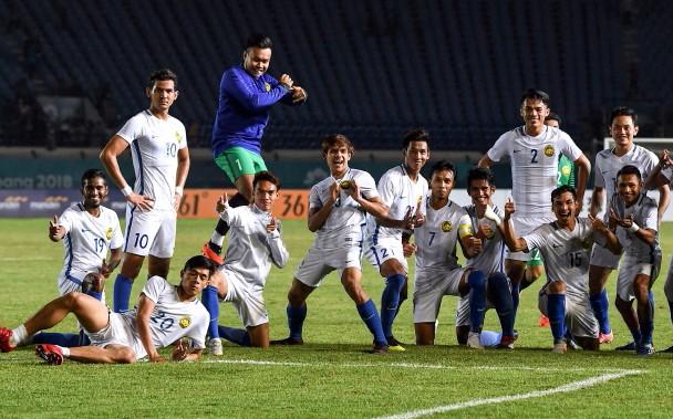 Các cầu thủ Malaysia ngạo nghễ chụp ảnh trên sân