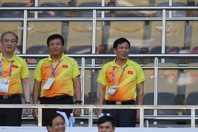Bộ trưởng VH-TT&DL Nguyễn Ngọc Thiện (ngoài cùng bên phải) thưởng Olympic Việt Nam 200 triệu đồng sau khi chứng kiến trận thắng ấn tượng của đội trước Nhật Bản