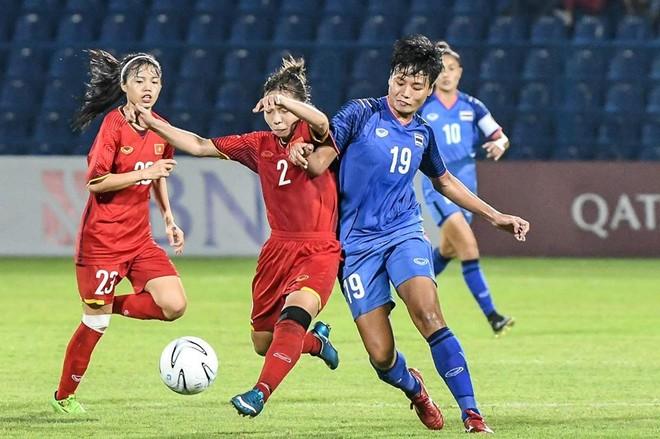 Tuyển nữ Việt Nam (áo đỏ) nhận thưởng 400 triệu đồng sau trận thắng Thái Lan