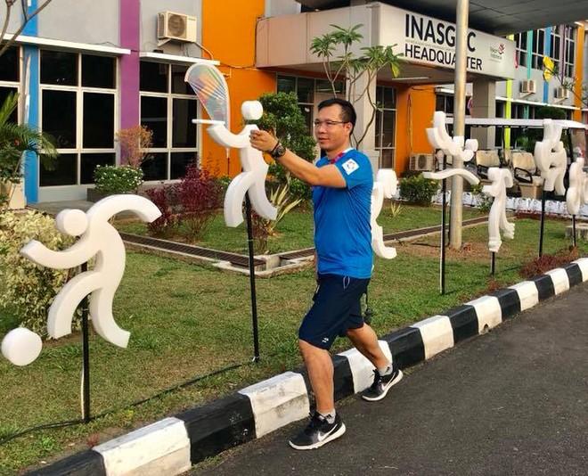 Hoàng Xuân Vinh đang có tâm lý thoải mái, sẵn sàng chinh phục HCV ASIAD. (Trong ảnh: Xạ thủ của Quân đội bắt chước mô hình của VĐV bắn súng trong khuôn viên làng thể thao Palembang - ảnh Nhung Nguyễn)