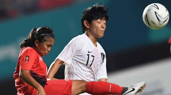 Trận thua Hàn Quốc 0-12 đã khiến tuyển nữ chủ nhà Indonesia (áo đỏ) bị loại
