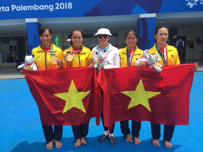 Nhóm 4 VĐV cùng HLV sau khi giành tấm HCV ASIAD lịch sử cho đua thuyền Việt Nam