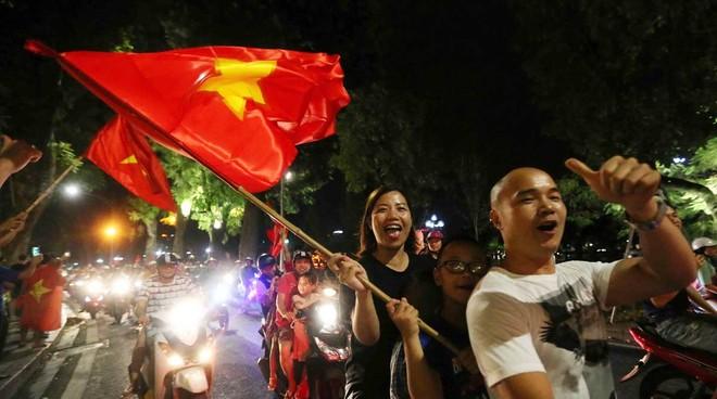 Người dân Hà Nội đổ ra đường ăn mừng chiến thắng của Olympic Việt Nam trước Syria