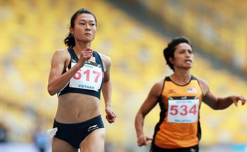 Sau thất bại ở 100m, Lê Tú Chinh (trái) đang rất khát khao có huy chương nội dung 200m