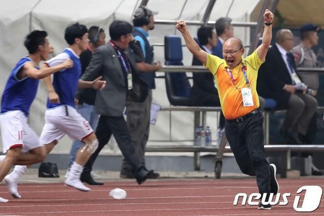 Báo Hàn Quốc đăng tải hình ảnh ăn mừng phấn khích của HLV Park Hang-seo, kèm theo đó là niềm tự hào khi một HLV Hàn Quốc giúp bóng đá Việt Nam lập kỳ tích giải châu Á