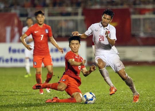 Văn Hậu (bên phải) chơi rất tốt mỗi khi gặp Hàn Quốc, anh chính là người kiến tạo cho Quang Hải sút tung lưới U23 Hàn Quốc tại VCK châu Á hồi đầu năm