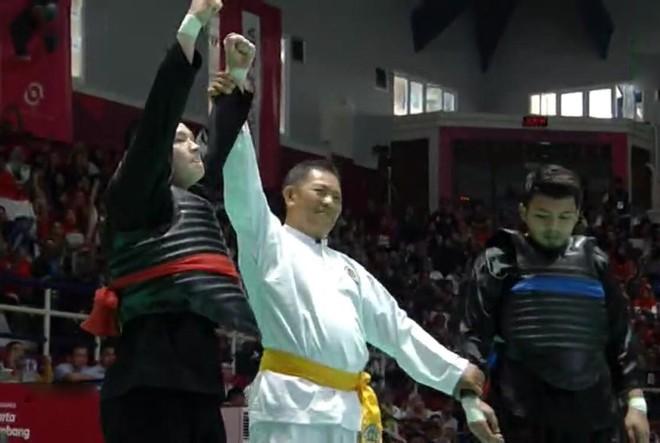 Nguyễn Văn Trí (đai giáp đỏ) giành tấm HCV thứ ba cho đoàn Việt Nam