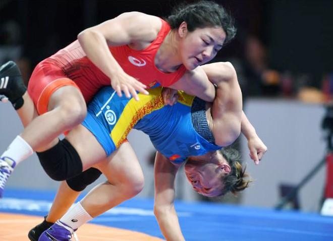 Purevdorj (áo đỏ) trong trận thắng Aisuluu Tynybekova của Kyrgyzstan ở chung kết hạng 62kg, giành HCV ASIAD 2018