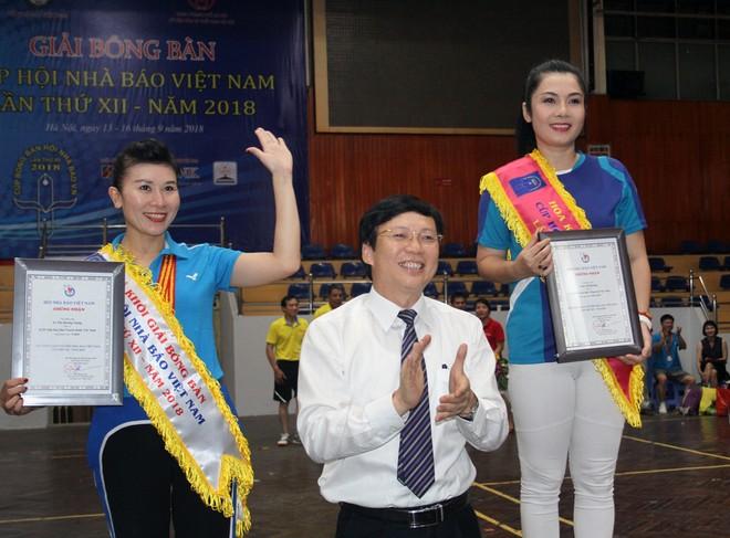 Trưởng BTC Hồ Quang Lợi trao giải Hoa khôi (bên phải), Á khôi của giải