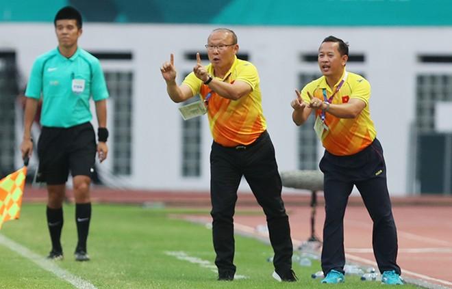 Trợ lý ngôn ngữ Lê Huy Khoa (bên phải) hiểu và truyền đạt rất tốt ý đồ lẫn cả thần thái của HLV Park Hang-seo cho các tuyển thủ, góp phần vào thành công chung của đội tuyển