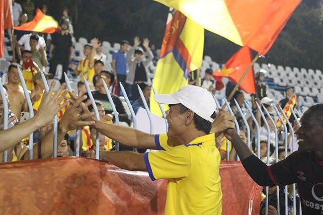 Thành viên đội bóng và CĐV Nam Định ăn mừng tấm vé dự trận play-off