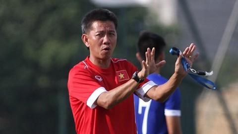 HLV Hoàng Anh Tuấn đang cùng học trò chạy đua với thời gian