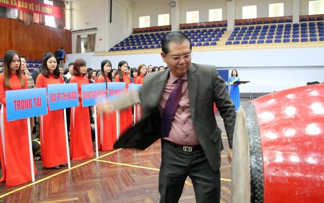 Ông Tô Quang Phán - Chủ tịch Hội Nhà báo thành phố Hà Nội, Trưởng BTC đánh trống khai mạc Hội khỏe