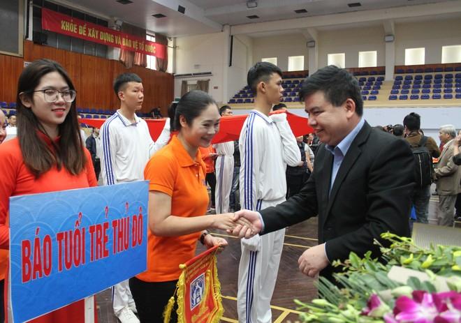 Ông Trần Xuân Hà - Phó trưởng Ban Tuyên giáo Thành ủy Hà Nội, cùng các đại biểu tặng hoa, cờ lưu niệm cho 23 đơn vị trước giờ tranh tài