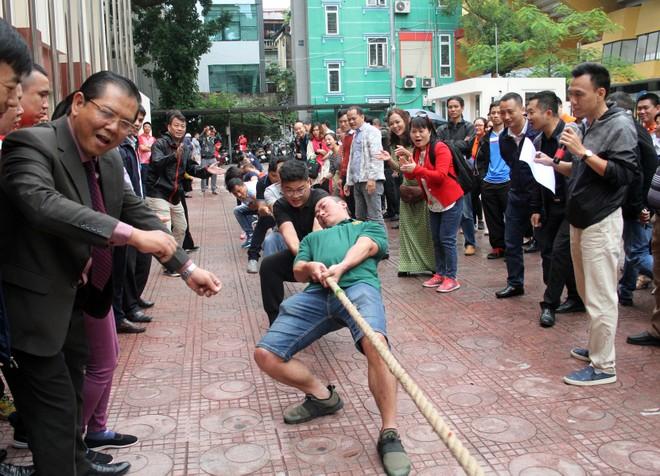 Nỗ lực của vận động viên và sự nhiệt thành cổ vũ của đông đảo khán giả tạo không khí sôi nổi cho Hội khỏe ngay trong ngày khai mạc