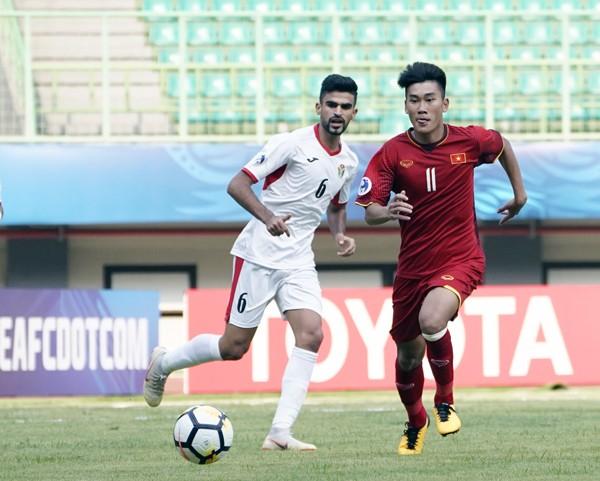 Cửa đi tiếp của U19 Việt Nam (áo đỏ) đã hẹp đi rất nhiều sau trận thua Jordan