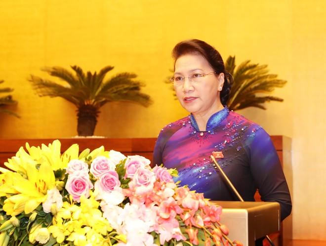 Chủ tịch Quốc hội Nguyễn Thị Kim Ngân trình bày tờ trình