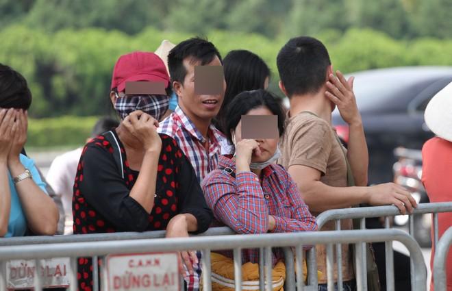 """Rất đông """"phe"""" chầu chực trước hàng rào an ninh chờ mua lại vé trận Việt Nam - Philippines"""