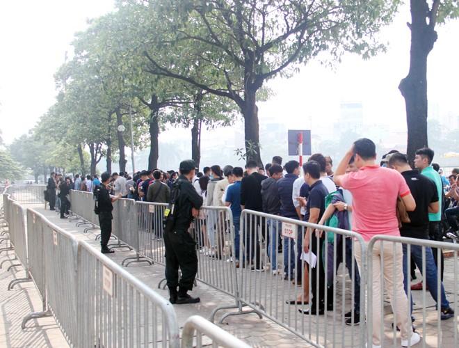 Hàng người xếp hàng trật tự chờ tới lượt vào nhận vé, sáng 30-11