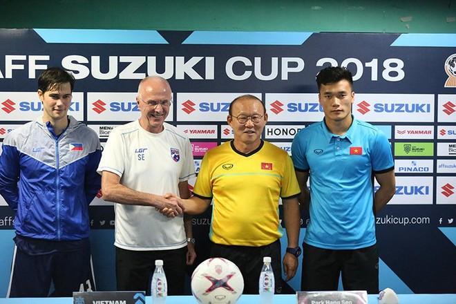 HLV Park Hang-seo và HLV Eriksson bắt tay trước trận bán kết lượt đi