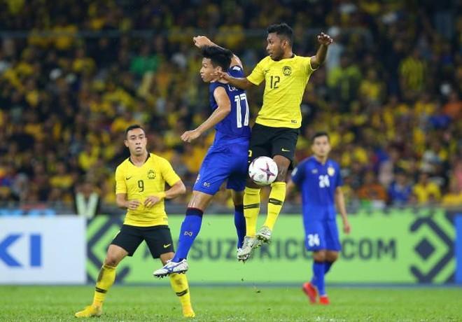 """Thái Lan (áo xanh) trải qua trận đấu khó khăn tại """"chảo lửa"""" Bukit Jalil, trước 8 vạn cổ động viên Malaysia"""