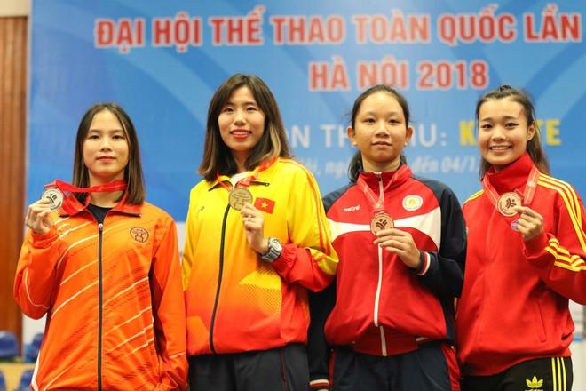Hồ Thị Thu Hiền (thứ hai từ trái sang) trên bục nhận HCV (Ảnh: Bùi Lượng)