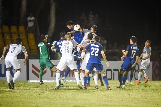 Cùng trên sân Panaad, Thái Lan (áo xanh) chật vật hòa Philippines 1-1 trong khi ĐT Việt Nam ra về với chiến thắng 2-1