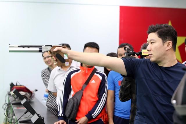 Jin Jong-oh bắn giao lưu với các xạ thủ Việt Nam