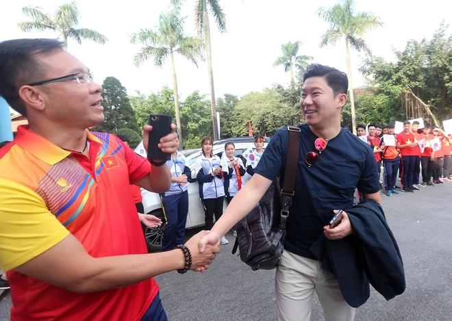 Jin Jong-oh (bên phải) bắt tay tái ngộ đồng nghiệp, người bạn đồng thời cũng là đối thủ tại Olympic - Hoàng Xuân Vinh (Ảnh: Vũ Vy)