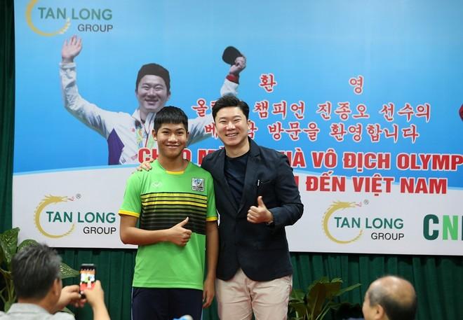 VĐV 4 lần vô địch Olympic chia sẻ bí quyết thành công và truyền cảm hứng cho các xạ thủ Việt Nam tại buổi giao lưu (Ảnh: Vũ Vy)