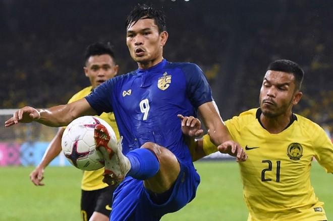 Thái Lan hai lần dẫn trước và được hưởng penalty phút cuối nhưng Adisak Kraisorn (số 9) đã bỏ lỡ để mất vé chung kết vào tay Malaysia