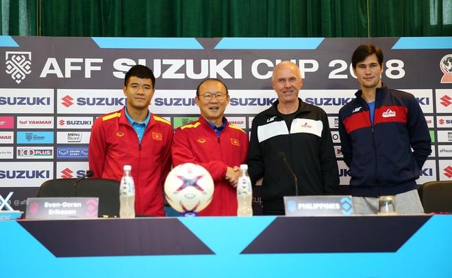 HLV Park Hang-seo và đồng nghiệp Eriksson bắt tay giao hữu (ẢNH: Vũ Vy)