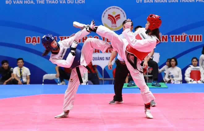 Kim Tuyền (giáp xanh) chiến thắng đàn em Kim Ngân ở hiệp phụ, sau ba hiệp hòa 14-14