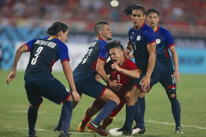 Quang Hải bị cầu thủ Philippines kèm chặt, sẵn sàng phạm lỗi