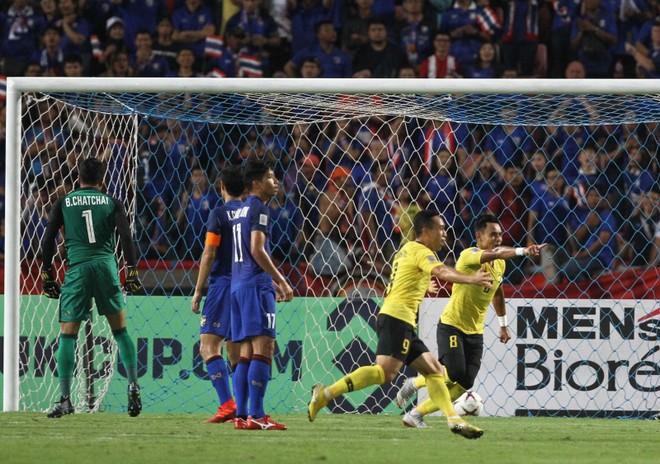 Malaysia (áo vàng) hạ bệ đương kim vô địch Thái Lan ngay tại Bangkok