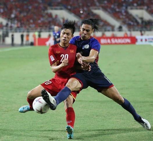 Tuyển Việt Nam (áo đỏ) chủ động nhường quyền kiểm soát bóng trong nửa đầu hiệp 1 nhưng Philippines cũng không thể tận dụng để tạo ra nguy hiểm