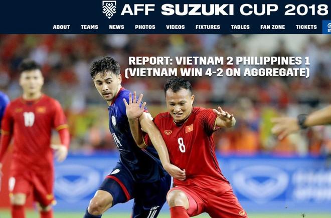 ĐT Việt Nam (áo đỏ) được truyền thông châu Á ngợi khen khi giành vé chung kết AFF Cup