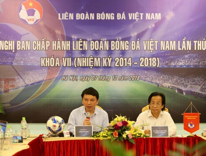 Tổng thư ký VFF Lê Hoài Anh (bên trái) cung cấp một số thông tin liên quan tới đại hội VFF khóa VIII cho truyền thông (Ảnh: Vũ Vy)