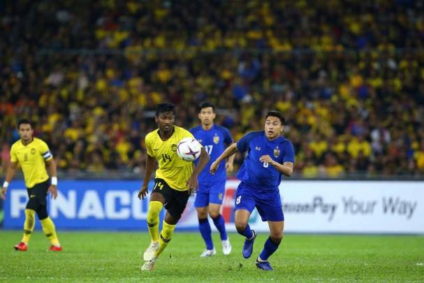 ĐT Thái Lan (áo xanh) từng rất chật vật mới cầm hòa được Malaysia trên sân Bukit Jalil, ở bán kết lượt đi AFF Cup 2018