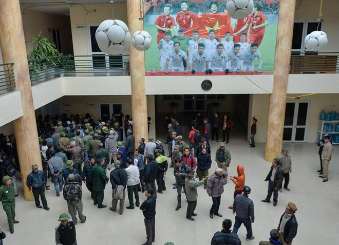 Hàng trăm người leo rào, tràn vào trụ sở VFF đòi mua vé