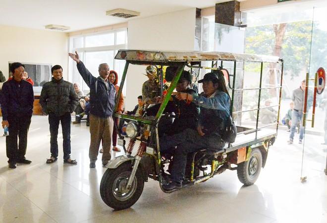 Nhóm người chưa mua được vé mang theo cả xe ba bánh, tràn vào trụ sở VFF, hò hét và làm loạn