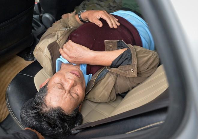 Một người đàn ông bị ngất xỉu khi chen lấn, phải lên taxi để tới bệnh viện cấp cứu