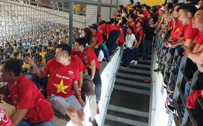 CĐV Việt Nam có vé nhưng phải xem trận đấu qua hàng rào sân Bukit Jalil