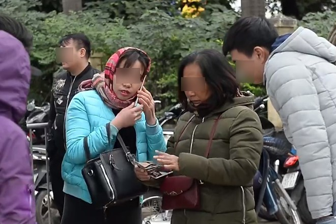 """Các phe đeo bám để mua lại từ người không có nhu cầu song cũng lắc đầu khi bị """"hét giá"""" 7-8 triệu đồng/cặp vé chung kết Việt Nam - Malaysia"""