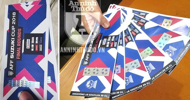 Vé thật (ảnh trái) và những tấm vé giả của các nạn nhân bị lừa mua trên mạng internet