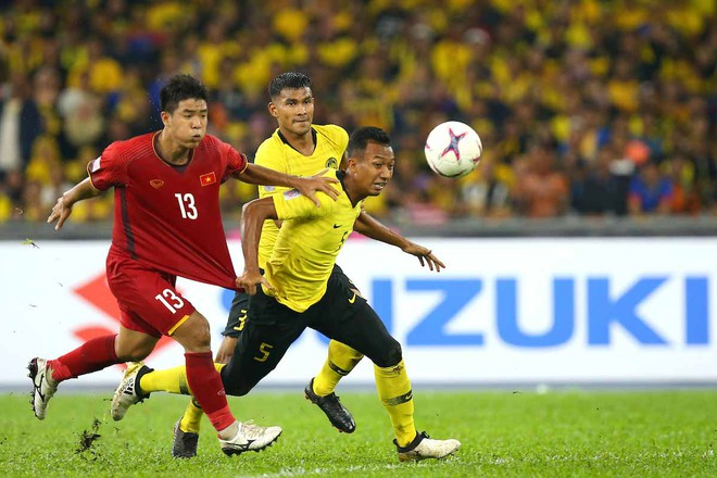 Anh Đức khuyên Đức Chinh (áo đỏ) gạt dư luận sang một bên để có tâm lý tốt nhất chuẩn bị cho trận chung kết lượt về