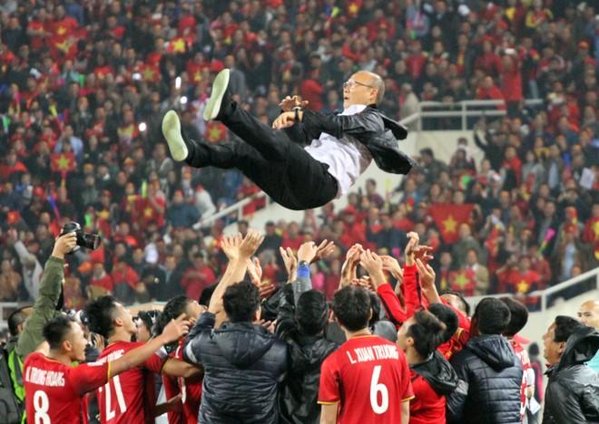 Học trò công kênh HLV Park Hang-seo sau khi đánh bại Malaysia để vô địch AFF Cup 2018