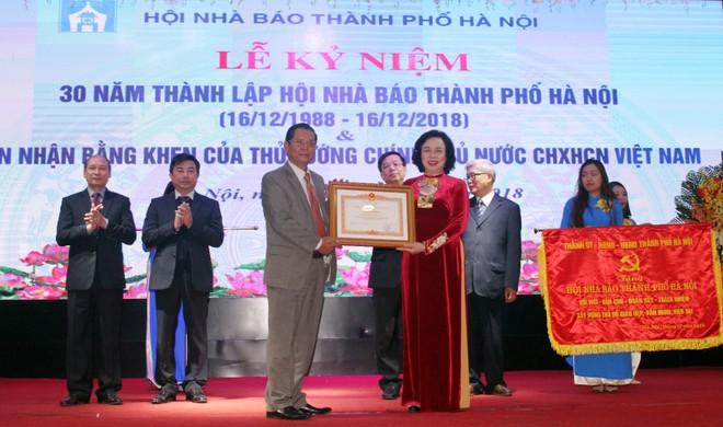 Phó Bí thư Thường trực Thành ủy Ngô Thị Thanh Hằng thay mặt lãnh đạo thành phố trao tặng Hội Nhà báo thành phố Hà Nội Bằng khen của Thủ tướng Chính phủ