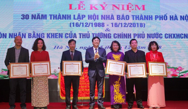 Phó Chủ tịch Thường trực Hội Nhà báo Việt Nam Hồ Quang Lợi trao Bằng khen của Hội Nhà báo Việt Nam cho đại diện 6 tập thể có thành tích trong công tác nghiệp vụ, xây dựng Hội