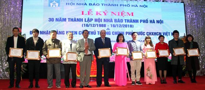 Chủ tịch Hội Nhà báo thành phố Hà Nội Tô Quang Phán trao Giấy khen của Hội cho các hội viên có thành tích trong công tác nghiệp vụ, xây dựng Hội